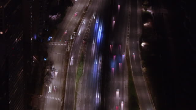 traffic highway in chicago at night from above with light trail effect. - konzeptauto stock-videos und b-roll-filmmaterial
