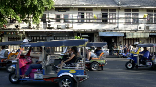 traffic in banglampoo - jinrikisha stock-videos und b-roll-filmmaterial