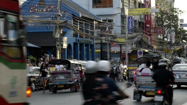 traffic in banglampoo - jinrikisha stock-videos und b-roll-filmmaterial