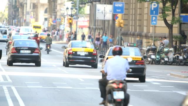 vídeos de stock e filmes b-roll de traffic in barcelona - cruzar