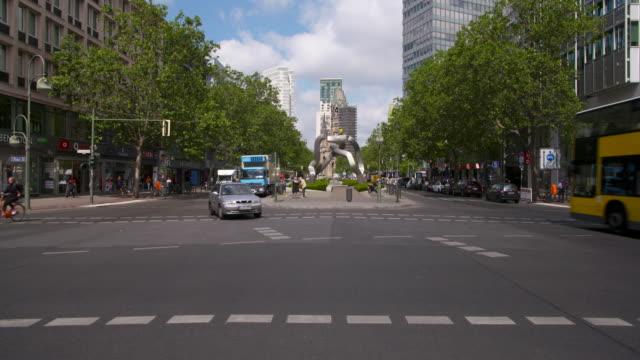 vídeos y material grabado en eventos de stock de traffic in berlin (tauentzienstraße). berlin, germany. - iglesia conmemorativa del emperador guillermo