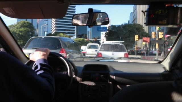 vídeos y material grabado en eventos de stock de traffic in buenos aires - taxista