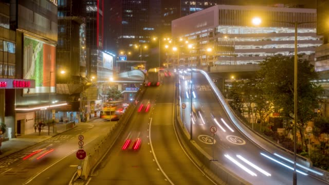 stockvideo's en b-roll-footage met verkeer in de stad van de centrale wijk van hong kong's nachts - hong kong