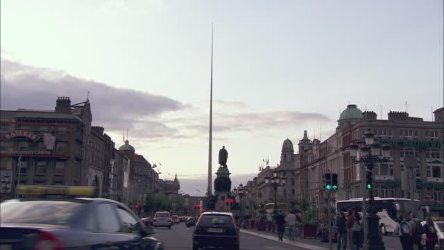 ws traffic in central dublin, ireland - monumente stock-videos und b-roll-filmmaterial