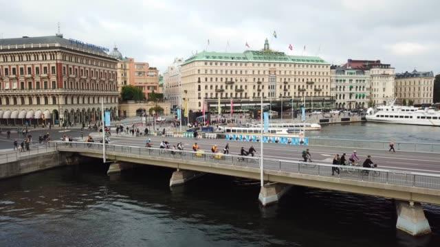 stockvideo's en b-roll-footage met verkeer in centraal stockholm gezien van boven - stockholm