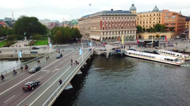 verkehr im zentrum stockholms von oben gesehen - stockholm stock-videos und b-roll-filmmaterial
