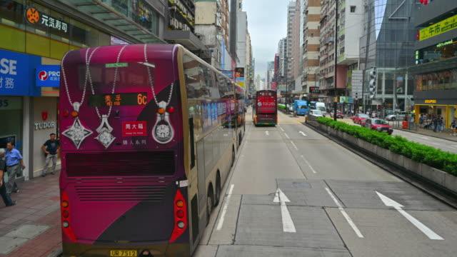 vidéos et rushes de trafic en ville à l'heure de la journée . vue du tram à deux étages sur la rue du timelapse de hk - central district de hong kong