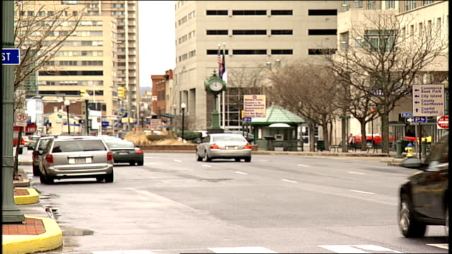 traffic in downtown harrisburg pennsylvania street - pennsylvania stock-videos und b-roll-filmmaterial