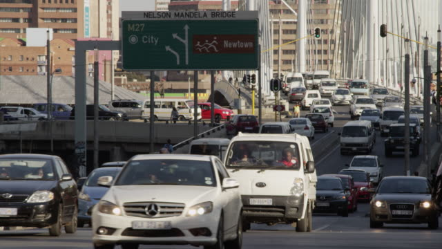 vídeos de stock e filmes b-roll de traffic in downtown johannesburg. - joanesburgo