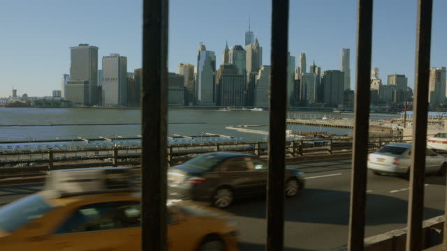 vidéos et rushes de trafic de premier plan du centre-ville de manhattan à nouveau york-plan - taxi jaune