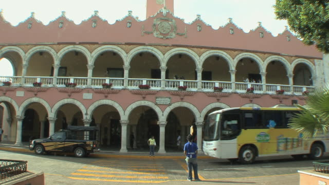 WS Traffic in front of City Hall building / Merida, Yucatan, Mexico