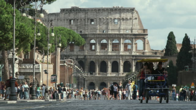 ws traffic in front of coliseum / rome, italy - colosseo video stock e b–roll