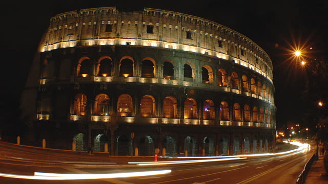t/l ws traffic in front of colosseum at night, rome, italy - bogen architektonisches detail stock-videos und b-roll-filmmaterial