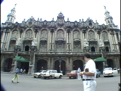 ms, traffic in front of grand theatre, havana, cuba - placca di montaggio fissa video stock e b–roll