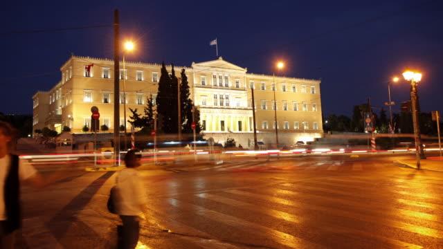 t/l ws traffic in front of greek parliament building at dusk / athens, greece - ギリシャ国旗点の映像素材/bロール