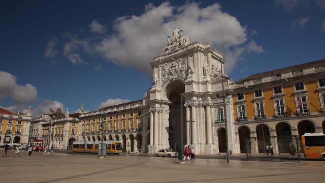 ws traffic in front of historic building / lisbon, portugal - städtischer platz stock-videos und b-roll-filmmaterial
