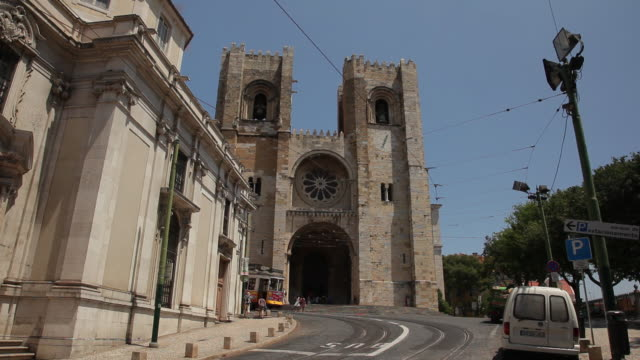 WS LA Traffic in front of historic cathedral / Lisbon, Portugal