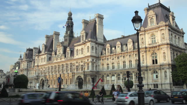 ws traffic in front of hotel de ville, paris, france - town hall stock videos & royalty-free footage