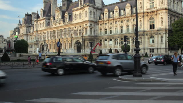 ws tu  traffic in front of hotel de ville, paris, france - town hall stock videos & royalty-free footage