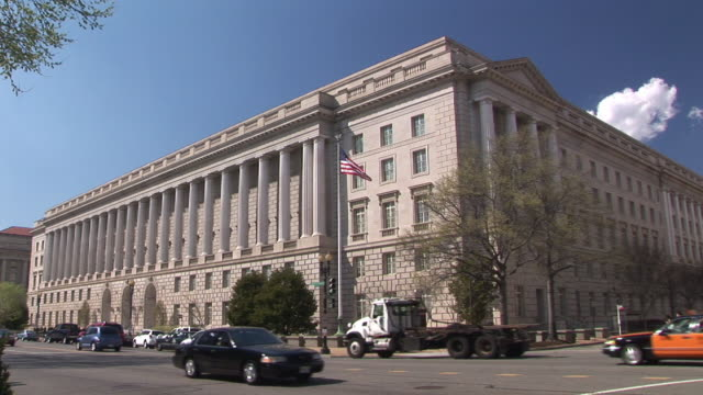 ws, traffic in front of internal revenue service headquarter building, washington dc, washington, usa - regierungsgebäude stock-videos und b-roll-filmmaterial