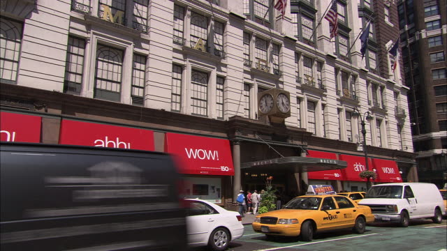 MS, TU, LA, Traffic in front of Macy's Department Store, New York City, New York, USA