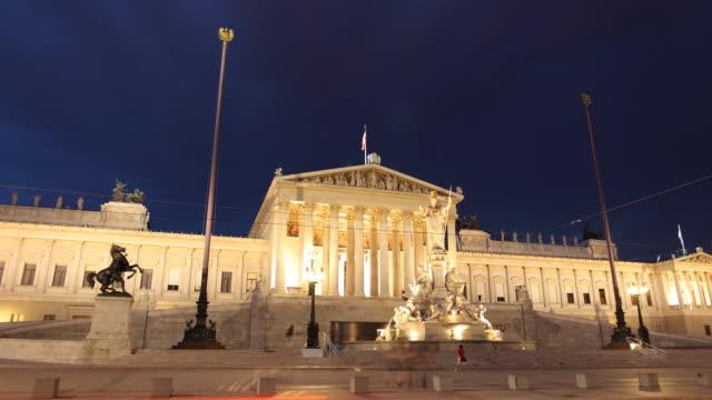vídeos y material grabado en eventos de stock de t/l ws traffic in front of monumento nazionale a vittorio emanuele ii at night / rome, italy - puente de rialto