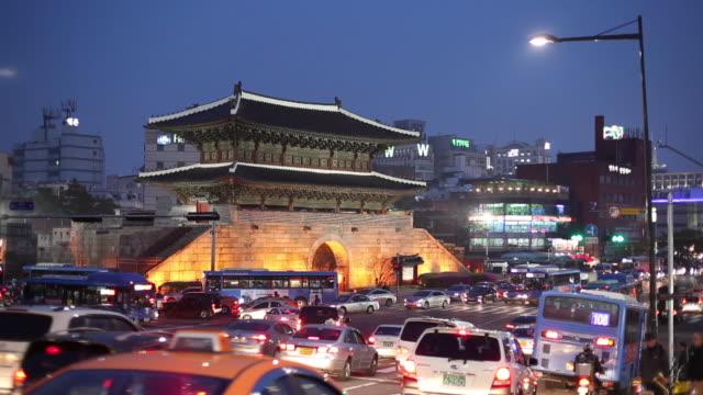 ws traffic in front of namdaemun at dusk/ seoul, south korea - 韓国点の映像素材/bロール