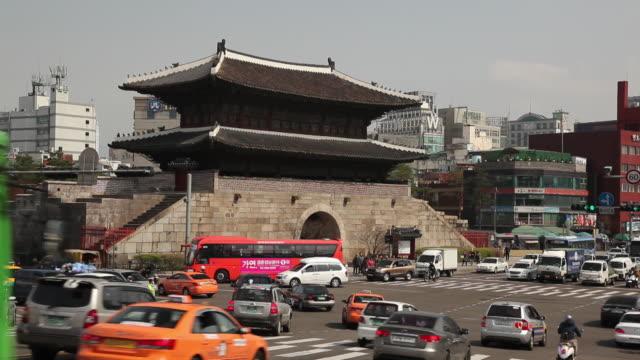 ws traffic in front of namdaemun / seoul, south korea - 韓国点の映像素材/bロール