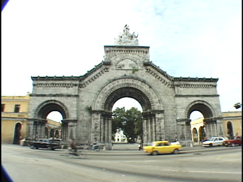 ms, traffic in front of northern main gate of the colon cemetery, havana, cuba - placca di montaggio fissa video stock e b–roll
