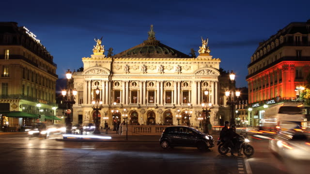 t/l ws traffic in front of opera house at night / paris, france - オペラ座点の映像素材/bロール
