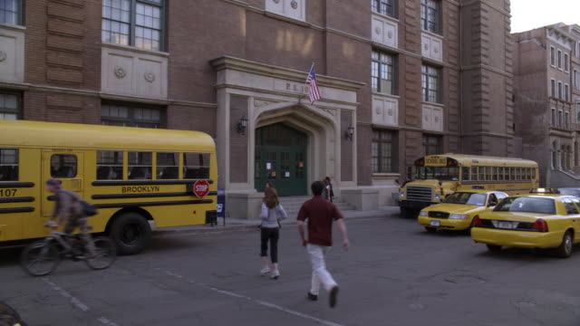 stockvideo's en b-roll-footage met ms, traffic in front of public school, brooklyn, new york city, new york, usa - school building