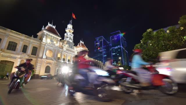 vidéos et rushes de circulation en face de l'hôtel de ville de ho chi minh ville (saigon), viêt nam. - mairie