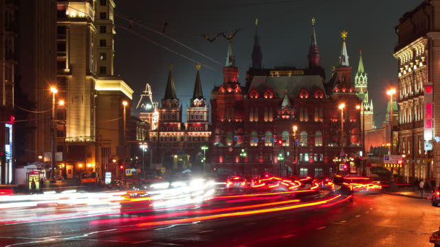 t/l traffic in front of the kremlin - moscow russia stock-videos und b-roll-filmmaterial