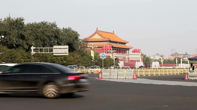 vídeos de stock, filmes e b-roll de beijing, china - october 17, 2016: traffic in front of tiananmen gate in beijing. - portão da paz celestial de tiananmen