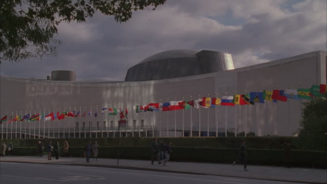ms, traffic in front of united nations building, new york city, new york, usa - united nations stock videos & royalty-free footage