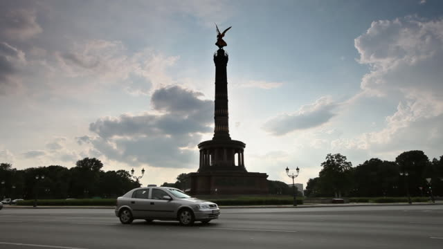 ws traffic in front of victory column, berlin, germany - establishing shot stock-videos und b-roll-filmmaterial