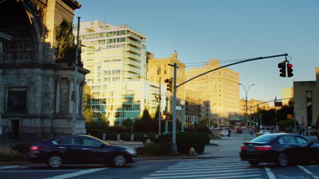 traffic in grand army plaza, brooklyn - コネチカット州点の映像素材/bロール