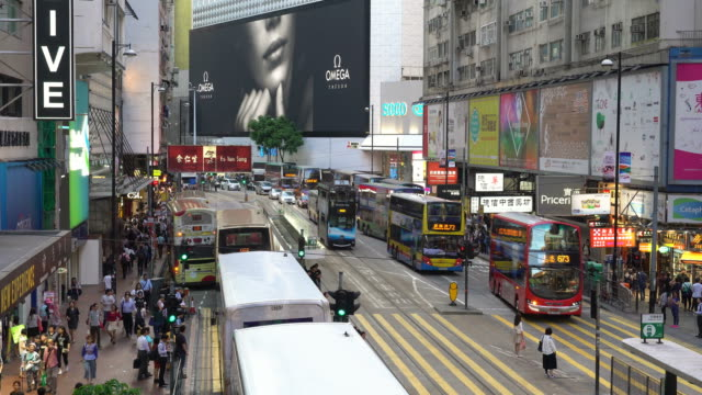 vidéos et rushes de traffic in hong kong causeway bay - panneau commercial
