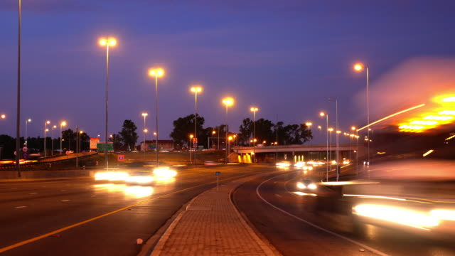 t/l traffic in johannesburg/ south africa - ハウテング州点の映像素材/bロール