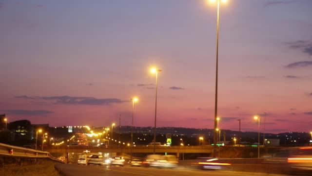 vídeos de stock e filmes b-roll de t/l traffic in johannesburg/ south africa - joanesburgo