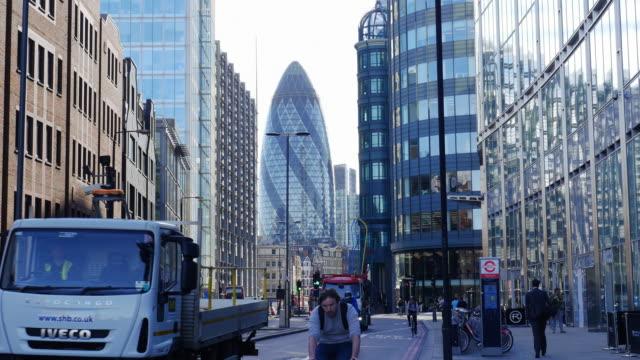 traffic in london bishopsgate (uhd) - sir norman foster building stock videos & royalty-free footage