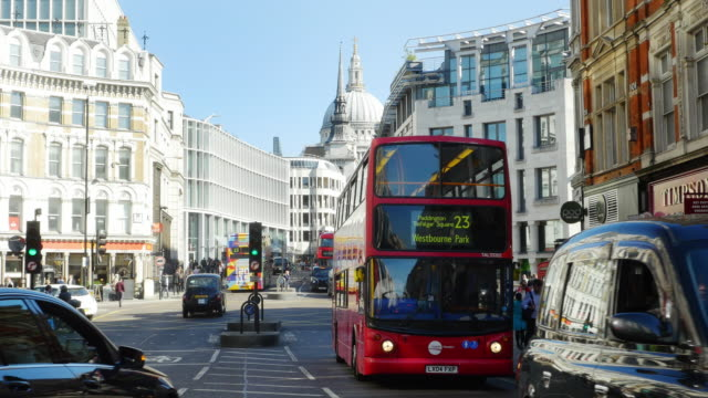stockvideo's en b-roll-footage met verkeer in londen ludgate circus (uhd) - double decker bus