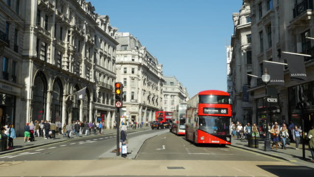 t/l-verkehr in london-regent street (uhd - doppeldeckerbus stock-videos und b-roll-filmmaterial