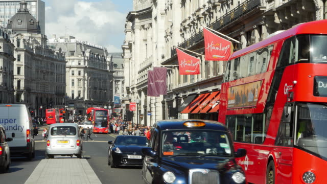 stockvideo's en b-roll-footage met traffic in london regent street (uhd) - london england