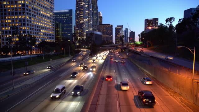 WS-Verkehr in Los Angeles in der Abenddämmerung