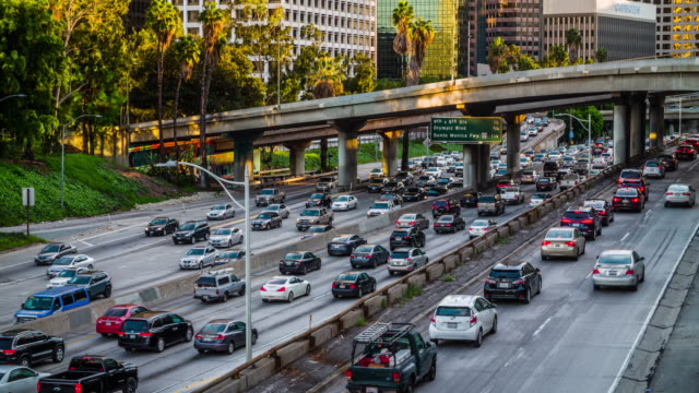 vídeos de stock, filmes e b-roll de tráfego em los angeles na rodovia 110 - tempo real