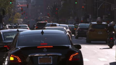 vídeos y material grabado en eventos de stock de traffic in manhattan travels down a busy 7th avenue. - 7th avenue
