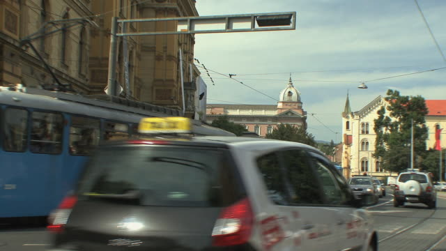 ws traffic in marshall tito square in front of museum / zagreb, croatia  - trolleybus stock-videos und b-roll-filmmaterial