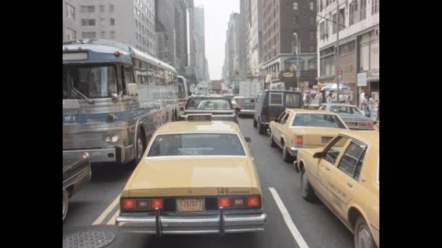 stockvideo's en b-roll-footage met 1985 nyc - traffic in midtown - 1985