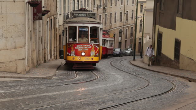 vidéos et rushes de ws traffic in narrow alley / lisbon, portugal - tramway
